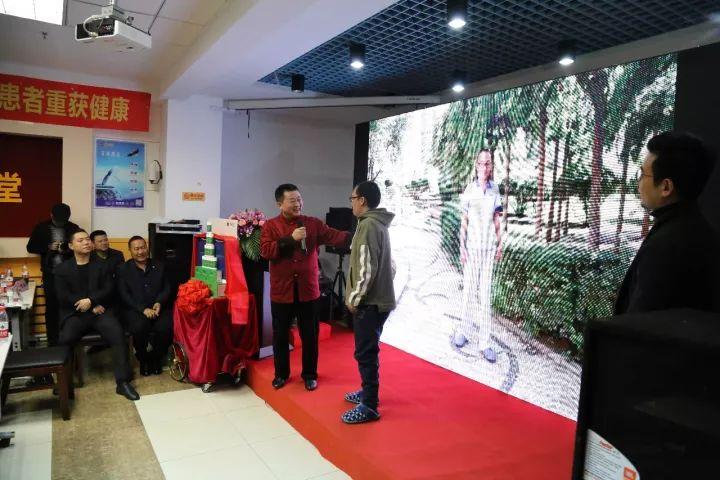 張芮袀董事長鼓勵抗風斗士翟梓元(右)盡早回歸社會